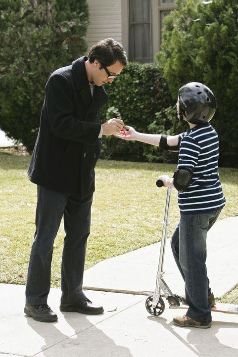 Stanley (Jake Cherry, r.) wird zur Schlüsselfigur für die Ermittler, denn Vincent (Alex O'Loughlin, l.) baut in den zwei Jahren nach seiner Tat ei... - Bildquelle: Touchstone Television