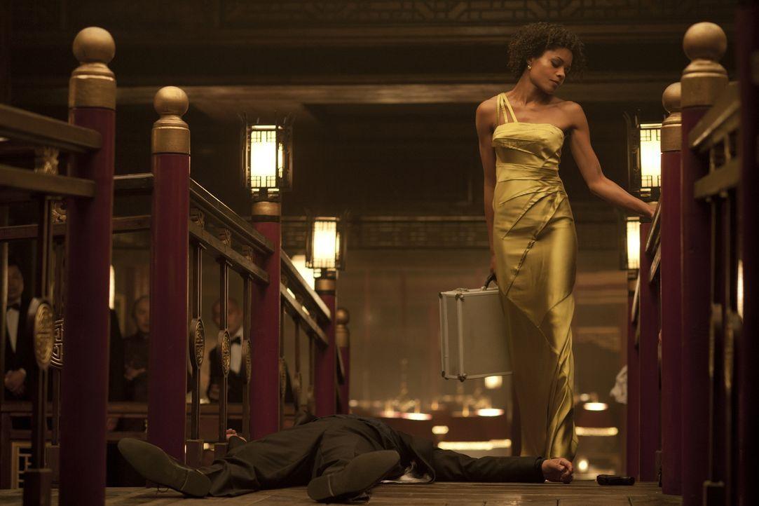 Leichen pflastern ihren Weg: Eve (Naomie Harris) ... - Bildquelle: Skyfall   2012 Danjaq, LLC, United Artists Corporation and Columbia Pictures Industries, Inc. All rights reserved.