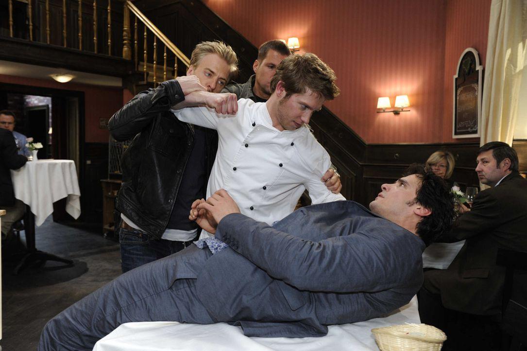 Jojo (Bernhard Bozian, l.) kann sich nicht beherrschen, und greift Alexander (Paul Grasshoff, r.) wegen der Trennung von Mia an - und gefährdet dam... - Bildquelle: SAT.1