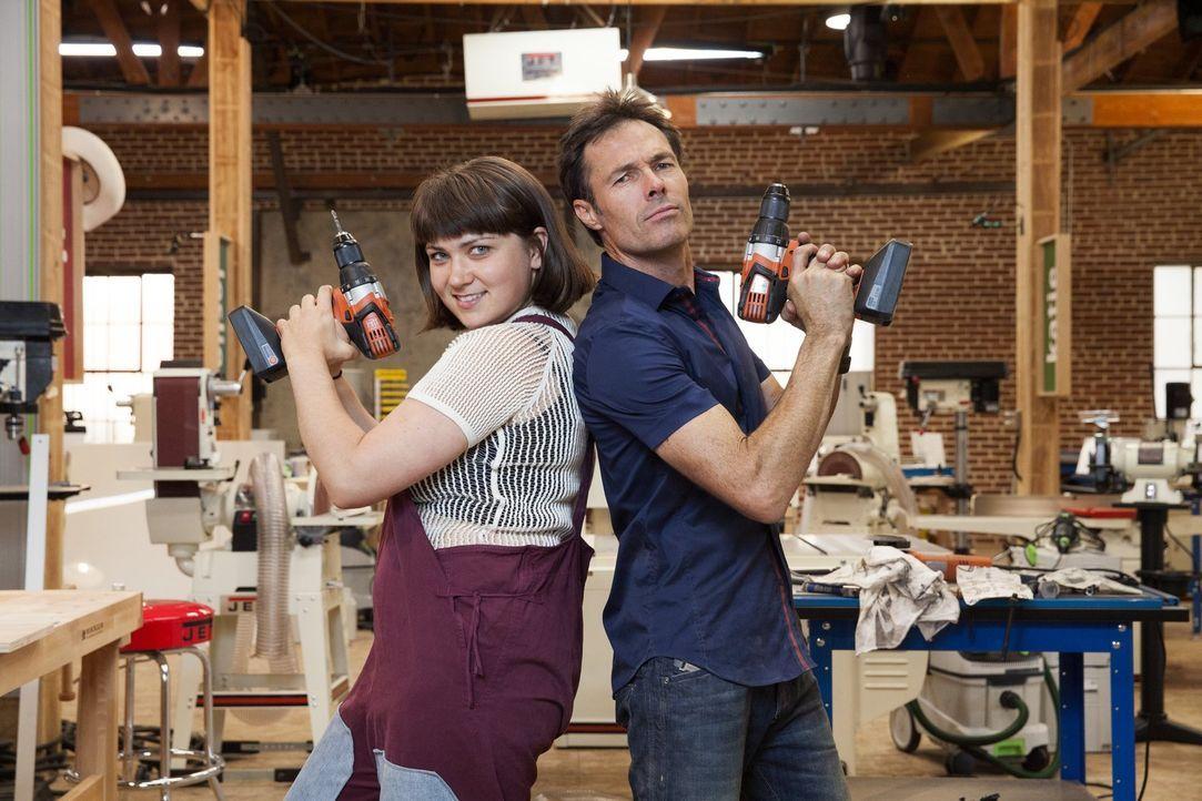 Perfekt gerüstet für die Challenge: Designerin Katie Stout (l.) und Zimmermann Karl Champley (r.) ... - Bildquelle: 2015 Warner Bros.