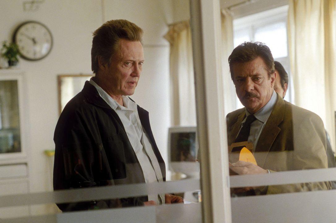 Agent Rayburn (Christopher Walken, l.) und der ehemalige Interpol-Direktor Miguel Manzano (Giancarlo Giannini, r.) machen sich große Sorgen um den... - Bildquelle: 2004 Epsilon Motion Pictures