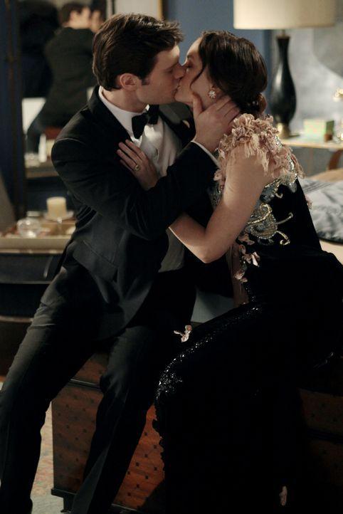 Sind glücklich miteinander: Blair (Leighton Meester, r.) mit Louis (Hugo Becker, l.) ... - Bildquelle: Warner Bros. Television