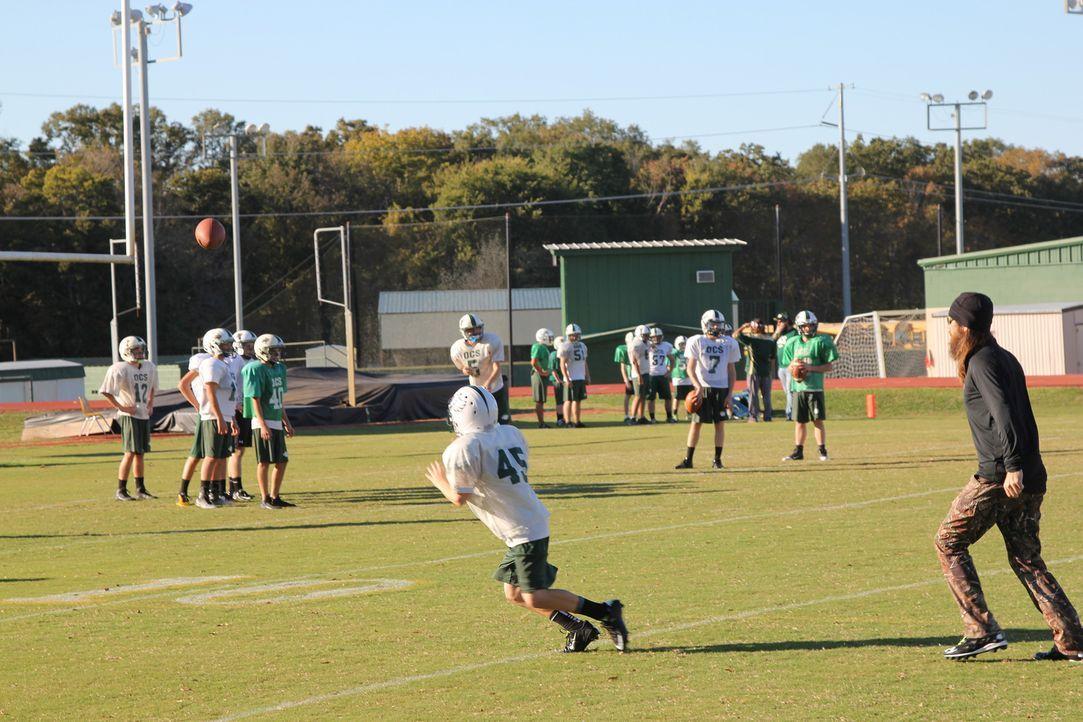 Die Männer des Robertson-Clans stellen Lil` Wills Footballtraining gehörig auf den Kopf ... - Bildquelle: 2013 A+E Networks