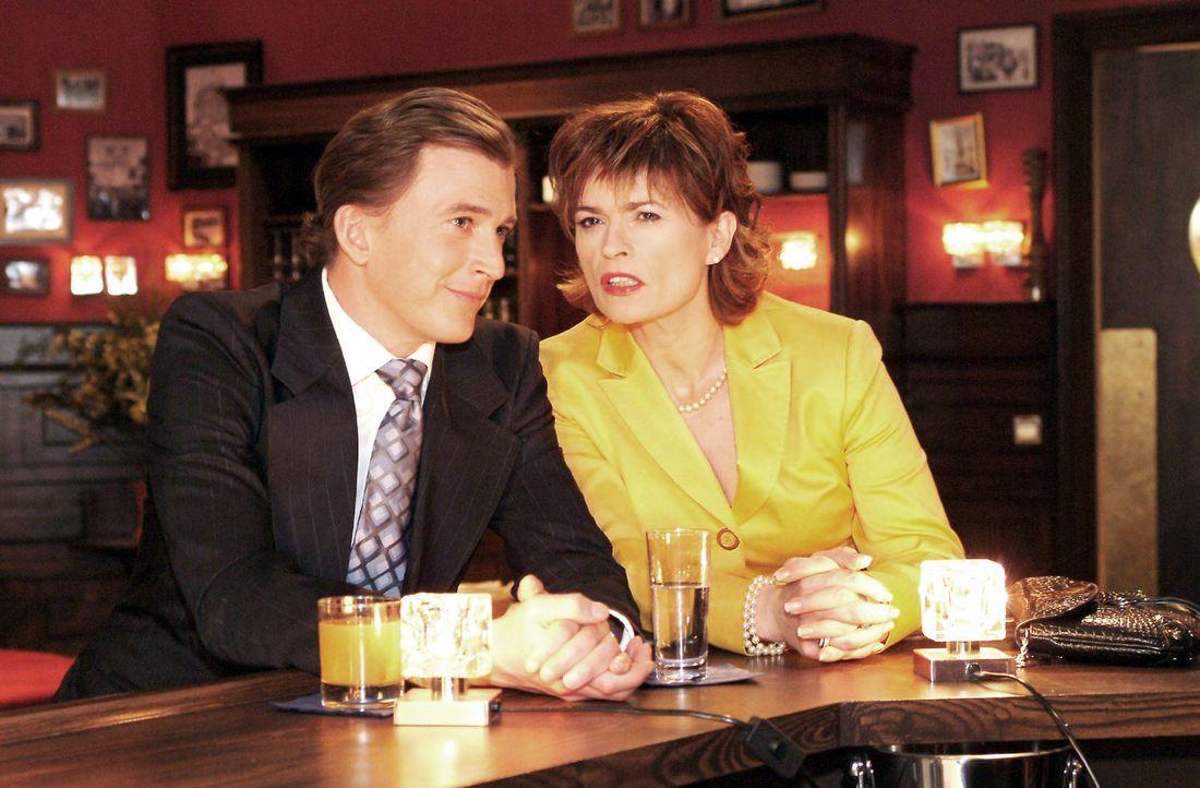 Mit Hilfe von Olaf Kern (Axel Röhrle, l.) will Sophie (Gabrielle Scharnitzky, r.) einen Beweis für Richards Beteiligung an der Entführung finden ...... - Bildquelle: Monika Schürle Sat.1