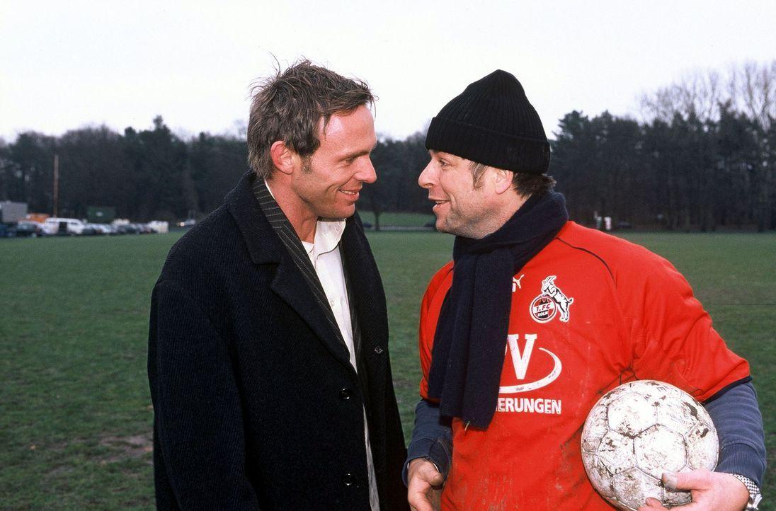 Jupp (Uwe Fellensiek, r.) und Falk (Dirk Martens, l.) spielen eine Runde Fußball. - Bildquelle: Münstermann Sat.1