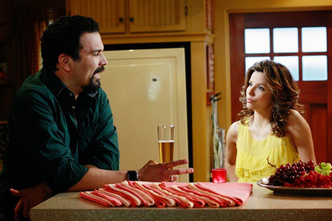 Gabrielle (Eva Longoria, r.) ist es leid, Maria im Auftrag von Carlos' (Ricardo Antonio Chavira, l.) Boss zu beschäftigen, damit er sich mit seiner... - Bildquelle: ABC Studios
