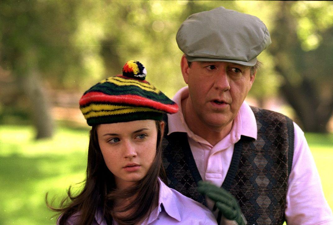 Rory (Alexis Bledel, l.) und Richard (Edward Herrmann, r.) verbringen einen gemeinsamen Tag beim Golfen - sehr zum Missfallen von Lorelai ... - Bildquelle: 2000 Warner Bros.