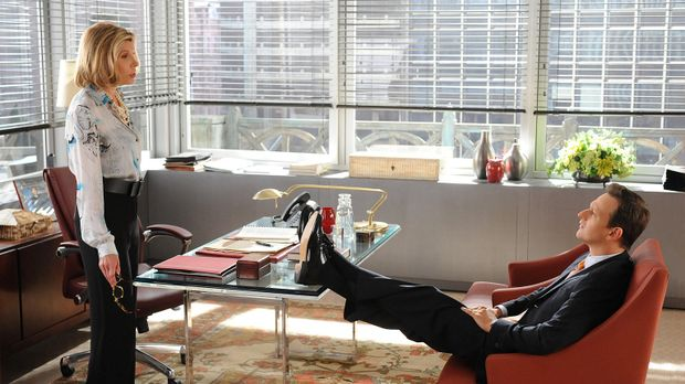 Diane Lockhart (Christine Baranski, l.) bittet Will (Josh Charles, r.) um ein...
