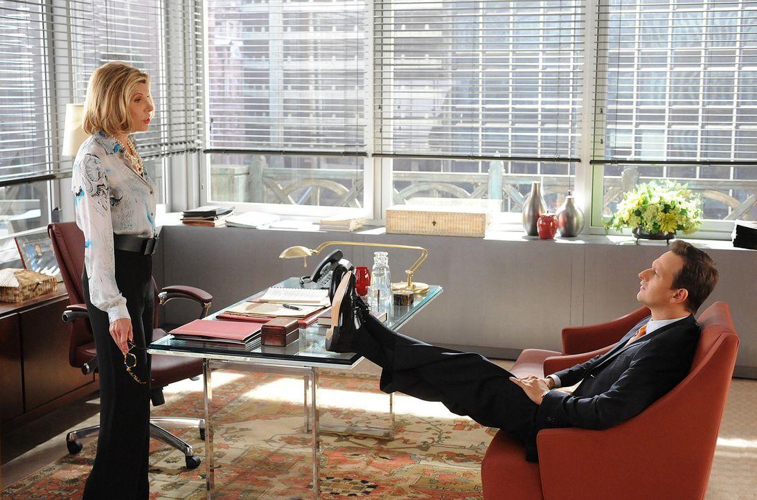 Diane Lockhart (Christine Baranski, l.) bittet Will (Josh Charles, r.) um einen Gefallen ... - Bildquelle: CBS Broadcasting Inc. All Rights Reserved