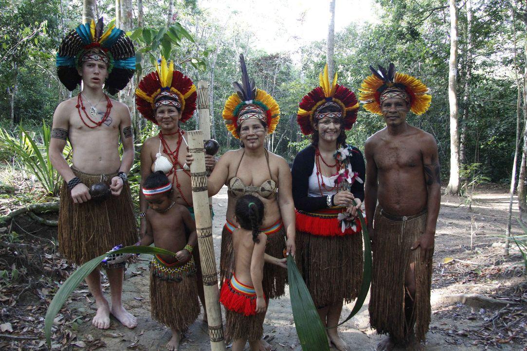 Maurice (l.) und Angelina (2.v.r.) mit ihrer brasilianischen Gastfamilie ... - Bildquelle: kabel eins