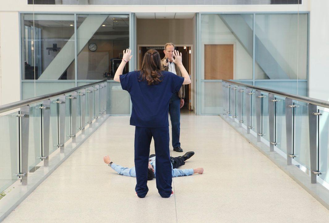 Derek (Patrick Dempsey, M.) wurde von Gary Clark (Michael O'Neill, r.) angeschossen. Er liegt blutend auf der Besucherbrücke. April (Sarah Drew, l.)... - Bildquelle: Touchstone Television