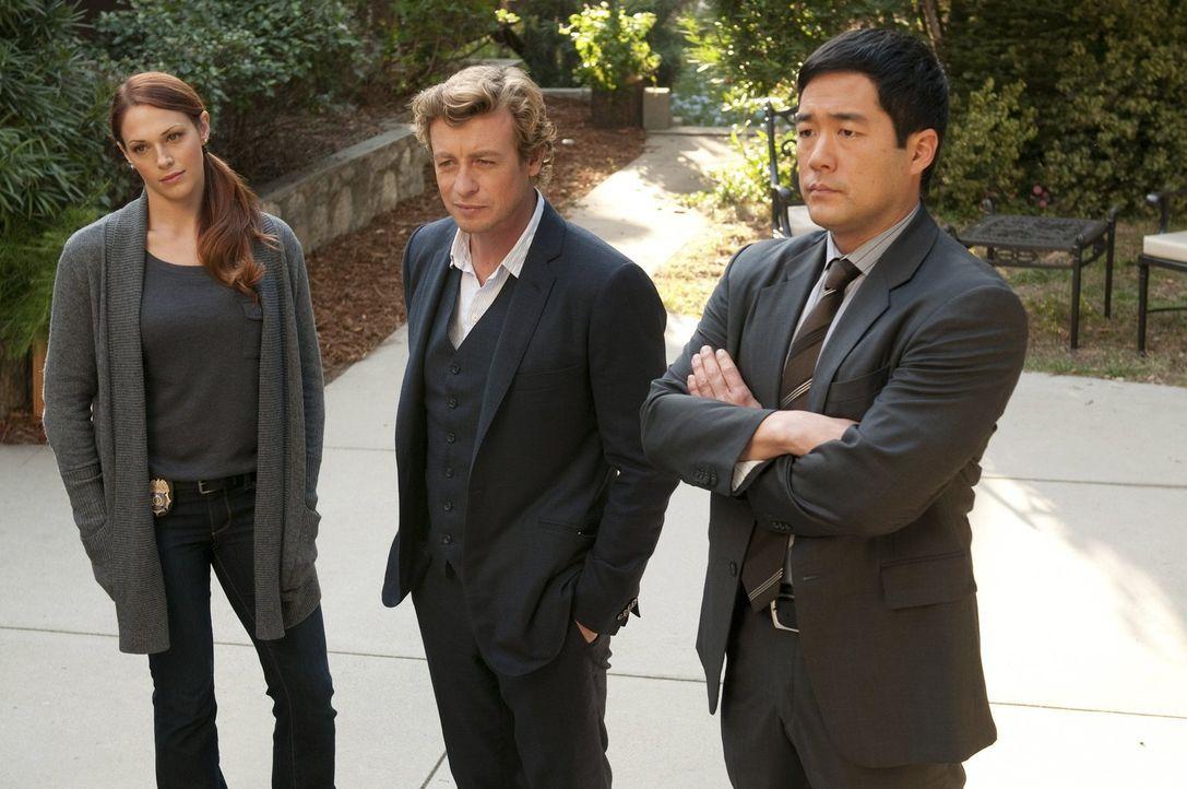 Ermitteln in einem neuen Fall: Grace (Amanda Righetti, l.), Patrick (Simon Baker, M.) und Kimball (Tim Kang, r.) ... - Bildquelle: Warner Bros. Television
