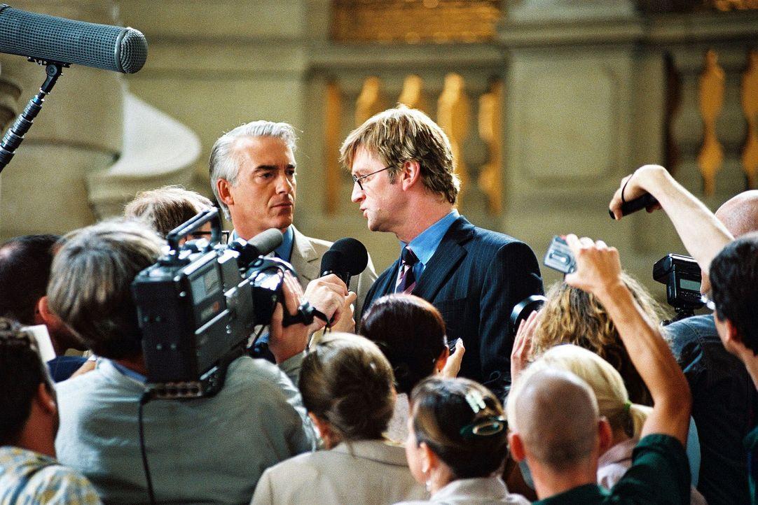 Felix (Christoph M. Ohrt, hinten l.) und Schumpeter (Detlev Buck, hinten r.) haben den Prozess gewonnen. Vor der  Presse bedankt er sich ausdrücklic... - Bildquelle: Hardy Spitz Sat.1
