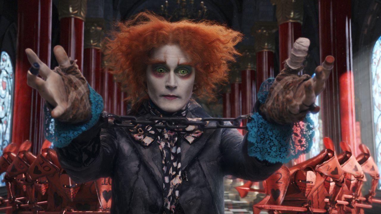 Um der Hinrichtung zu entgehen, bietet der verrückte Hutmacher (Johnny Depp) der Roten Königin an, ihr Hüte anzufertigen, die sie noch außergew - Bildquelle: Leah Gallo Disney Enterprises, Inc. All rights reserved