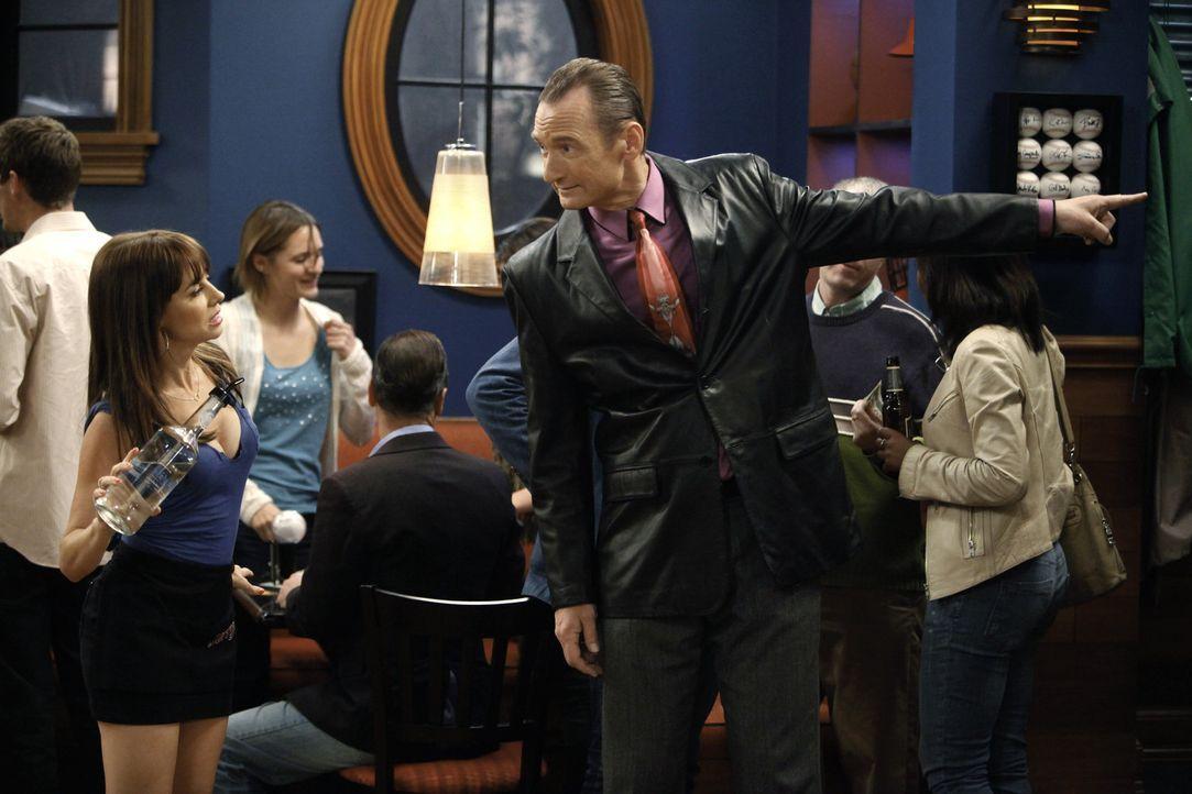 Ärger steht an: Nikki (Natasha Leggero, l.) und Jerry (Ryan Stiles, r.) ... - Bildquelle: Warner Bros. Television