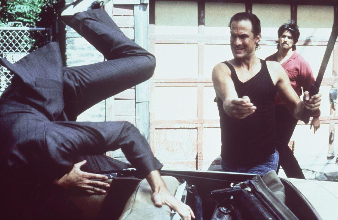 Aikido-Ausbildung in Fernost, dann in Japan als CIA-Agent angeworben, nun Einsatz in Vietnam: Dem Cop Nico (Steven Seagal, r.) macht keiner was vor... - Bildquelle: Warner Bros.