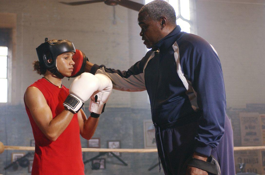 Izzy (Corbin Bleu, l.) trainiert hart bei Trainer Felix (Gene Mack, r.), um Boxchampion zu werden. Doch als er bei einem Double Dutch-Wettkampf als... - Bildquelle: Buena Vista International Television