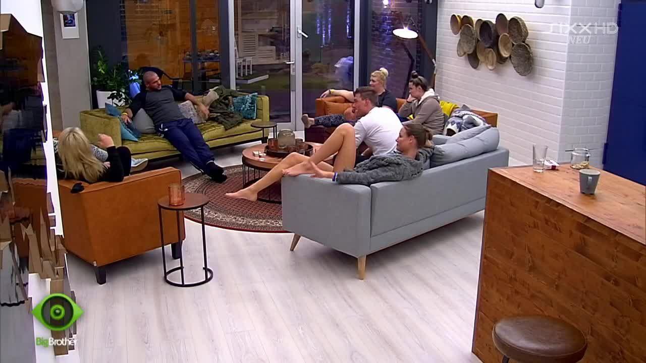 Die Gruppe macht sich über Manuels Gedächtnis lustig