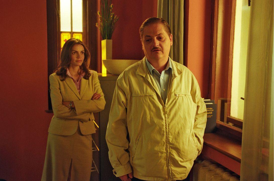 Steffen Dietz (Jürgen Tarrach, r.) ist Sandras (Rebecca Immanuel, l.) neuer Mandant. Seine Frau will sich von ihm scheiden lassen, doch er weiß über... - Bildquelle: Hardy Spitz Sat.1
