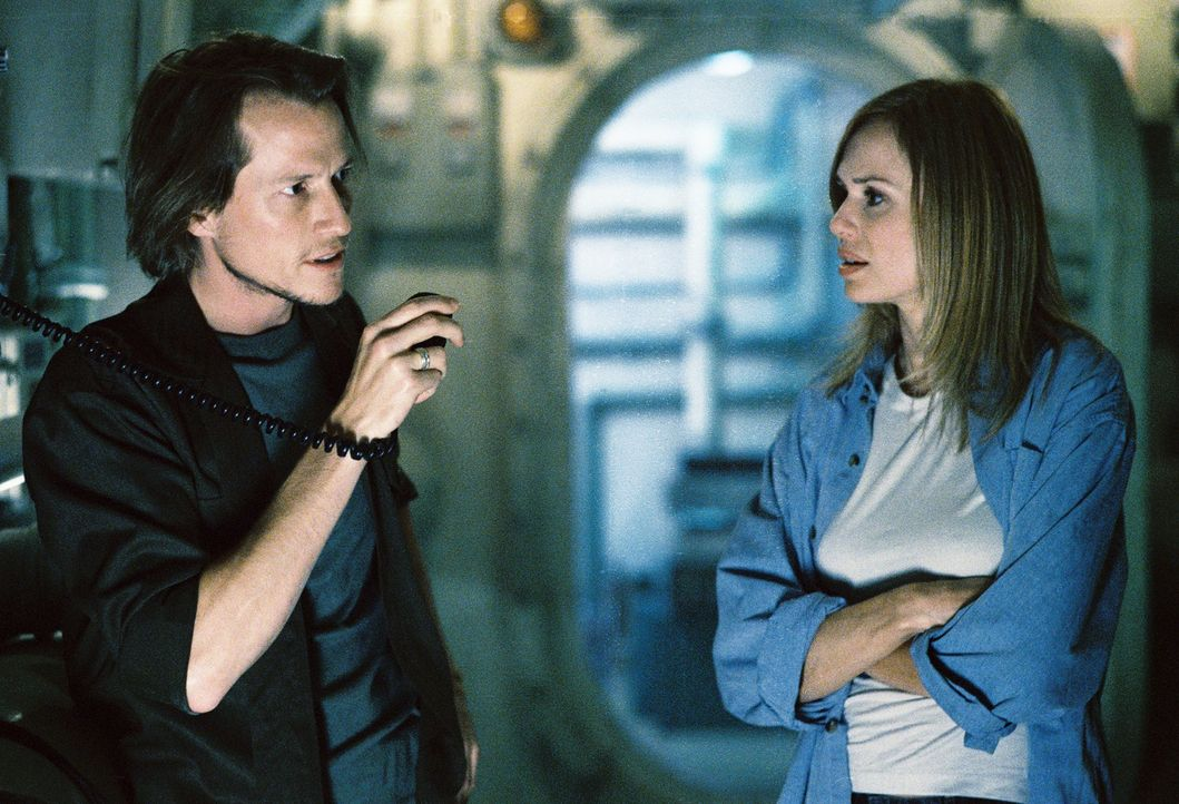 Als zwei Taucher von den Haien gefressen wurden, rufen Dr. Mike Olsen (Corin Nemec, l.) und Linda Olsen (Vanessa Angel, r.) die Marine zur Hilfe  -... - Bildquelle: 2004 Sharky Productions A.V.V.  All Rights Reserved.