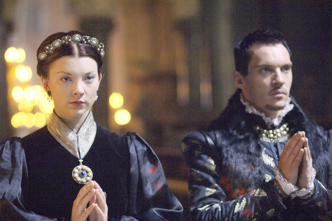 Hoffen auf ihre baldige Eheschließung, doch noch werden ihnen Steine in der Weg gelegt: König Henry VIII. (Jonathan Rhys Meyers, r.) und Anne Boleyn... - Bildquelle: 2008 TM Productions Limited and PA Tudors II Inc. All Rights Reserved.