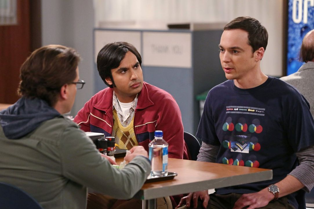 Während Raj (Kunal Nayyar, M.) auf Wolke Sieben schwebt, muss sich Sheldon (Jim Parsons, r.) mit einer unsicheren Zukunft auseinandersetzen und klag... - Bildquelle: Warner Brothers