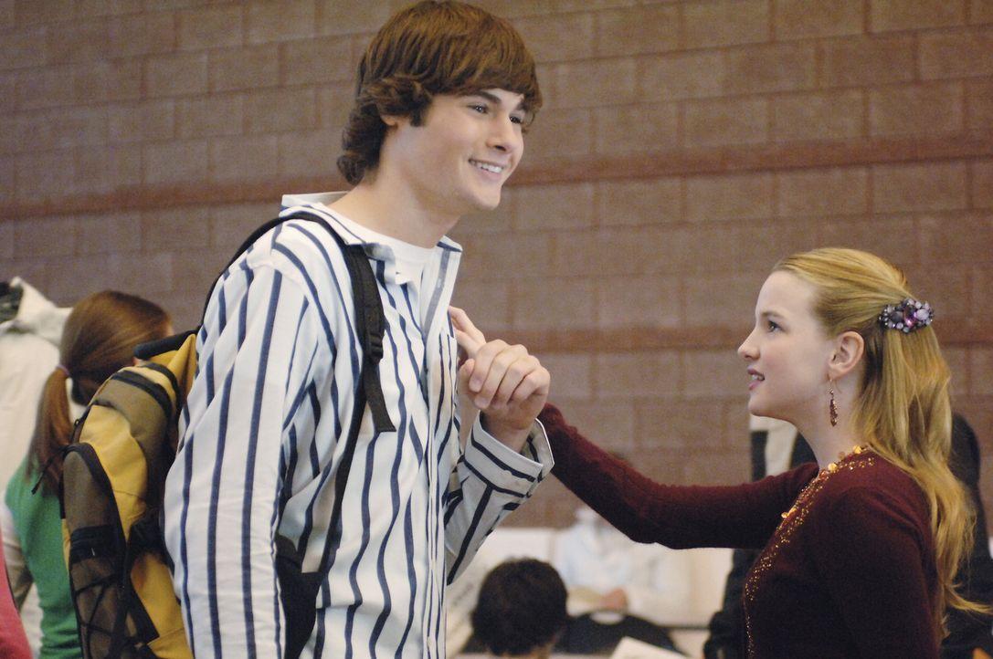 Schon seit langem schwärmt Jamie (Kay Panabaker, r.) für den attraktiven Marco (Chad Broskey, l.). Da wird das junge Mädchen über Nacht berühmt... - Bildquelle: Buena Vista International Television