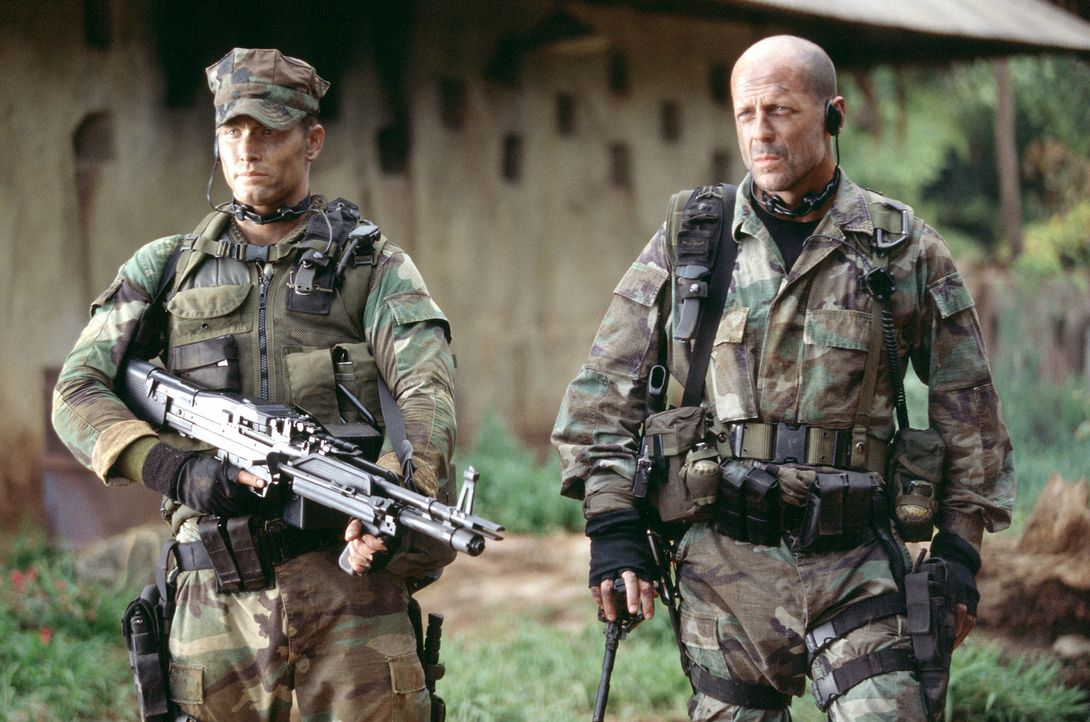 Pflichtgefühl oder Mitgefühl? Ein Routineauftrag wird für A. K. Waters (Bruce Willis, r.), Lieutenant einer acht Mann starken Navy-SEAL-Eliteeinh... - Bildquelle: 2004 Sony Pictures Television International. All Rights Reserved.