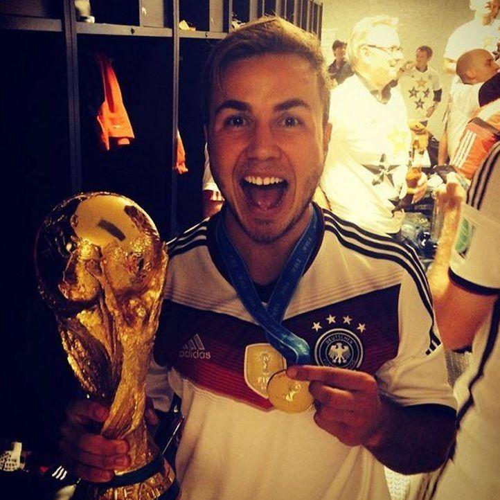 Die schönsten Selfies des WM-Sieges: Götze mit Pokal und Medaille - Bildquelle: Instagram
