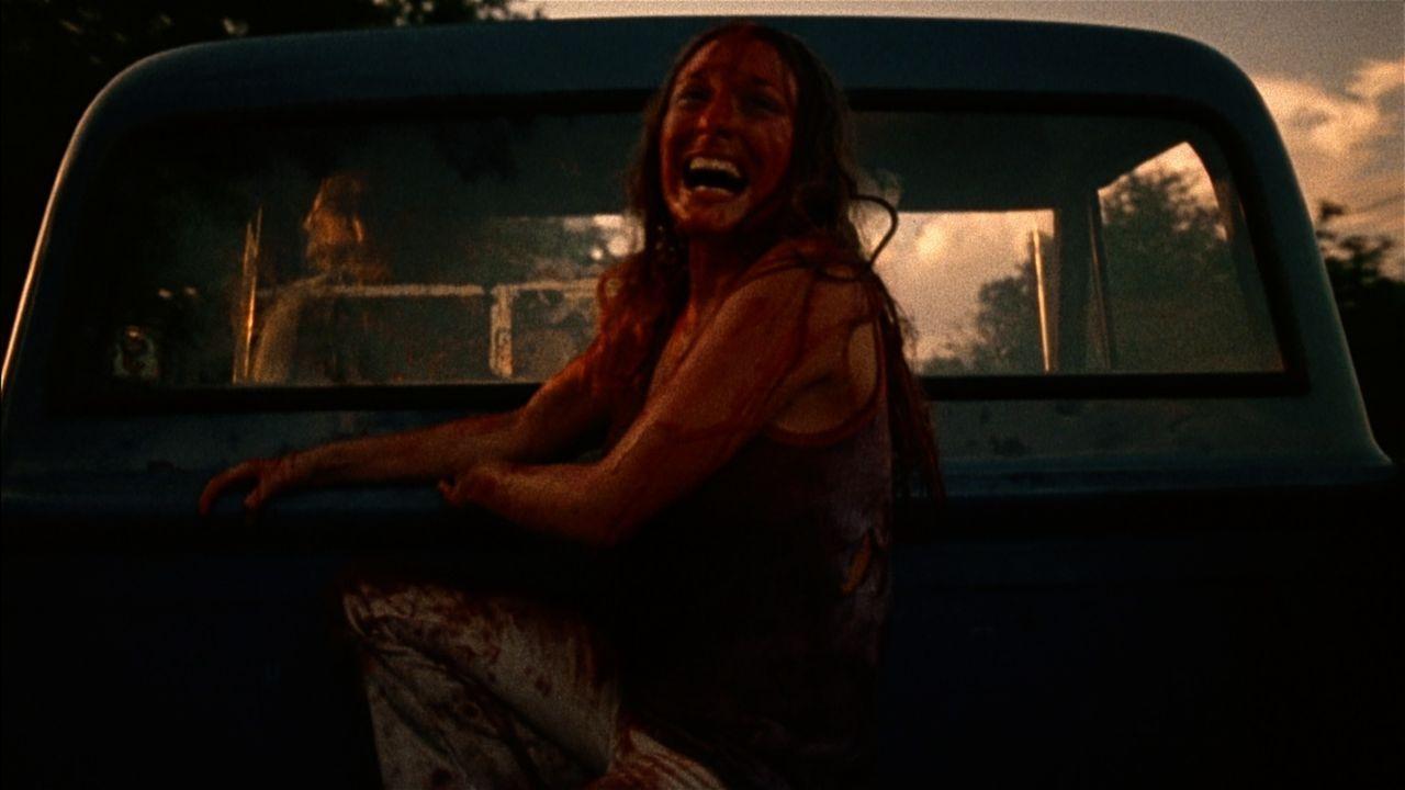 In den Fängen einer Gruppe von Kannibalen: Sally (Marilyn Burns) und ihre Freunde wollten eigentlich nur das Haus ihrer Großeltern suchen, um nach d...