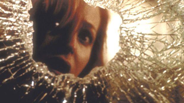 Scully (Gillian Anderson) flüchtet vor dem unheimlichen Mörder in eine Telefo...
