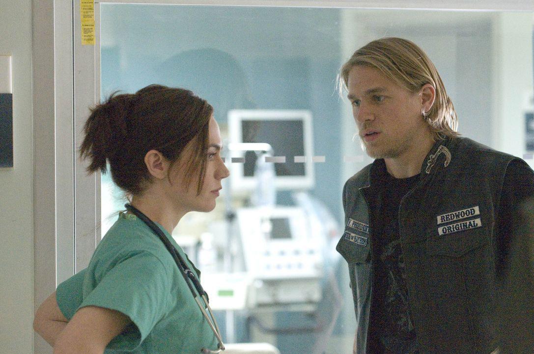 Jax' (Charlie Hunnam, r.)  Exfreundin Tara (Maggie Siff, l.) klärt ihn über den Gesundheitszustand seines Sohnes, der zehn Wochen zu früh auf die... - Bildquelle: 2008 FX Networks, LLC. All rights reserved.