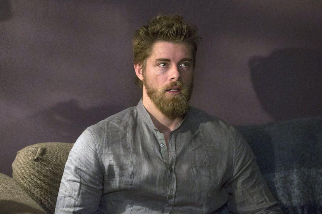 Plötzlich kommen bei Roman (Luke Mitchell) einige Details seiner Vergangenheit aus der Versenkung. Auch ein Mord, den seine Schwester tunlichst vor... - Bildquelle: Warner Brothers