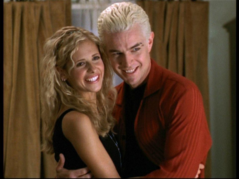 Buffy (Sarah Michelle Gellar, l.) und Spike (James Marsters) sind frisch verliebt ... - Bildquelle: TM +   2000 Twentieth Century Fox Film Corporation. All Rights Reserved.