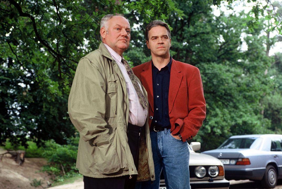 Kommissar Wolff (Jürgen Heinrich, r.) und sein Kollege Kommissar Sawatzki (Klaus Pönitz, l.) ermitteln im Team. - Bildquelle: Alfred Raschke Sat.1