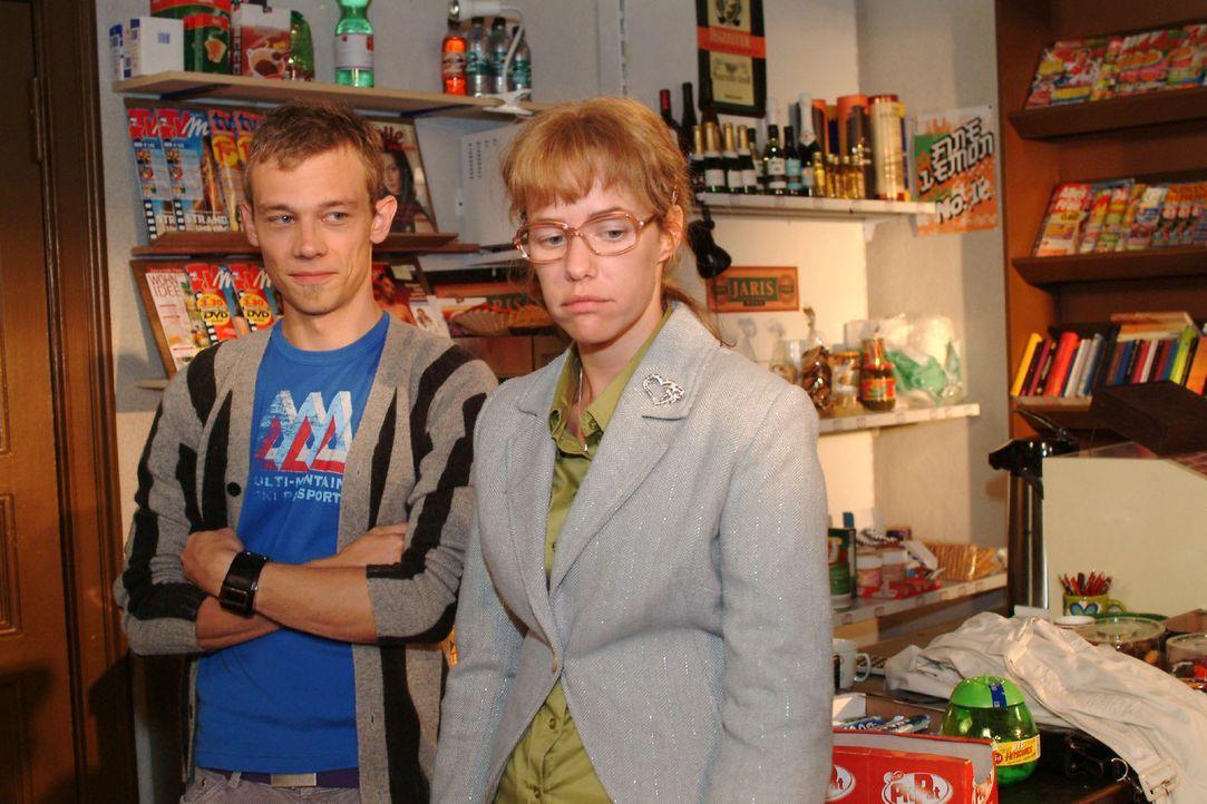 Lisa (Alexandra Neldel, r.) gesteht Jürgen (Oliver Bokern, l.), dass sie sich an Süßigkeiten vergriffen hat und ihre Diät aufgeben will. (Dieses... - Bildquelle: Monika Schürle Sat.1