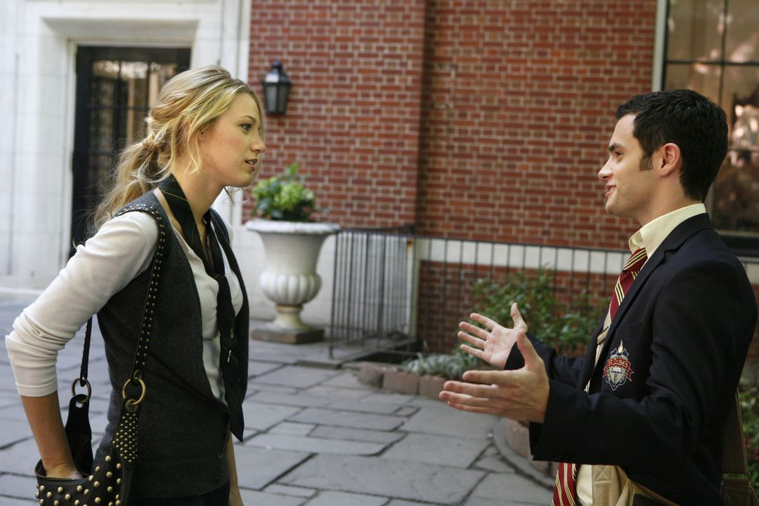 Dan (Penn Badgley, r.) ist scharf auf einen Posten an der Schule, während Serena (Blake Lively, l.) mit ganz anderen Problemen fertig werden muss ... - Bildquelle: Warner Brothers