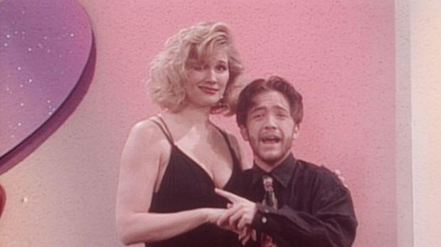 Bud (David Faustino, r.) gewinnt in einer Kuppelshow einen Abend mit der attr...