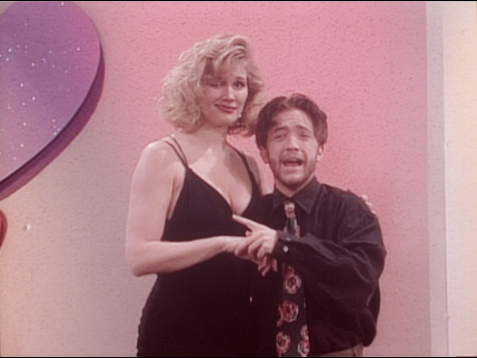 Bud (David Faustino, r.) gewinnt in einer Kuppelshow einen Abend mit der attraktiven Candy (Chantal Dubay, l.). - Bildquelle: Columbia Pictures