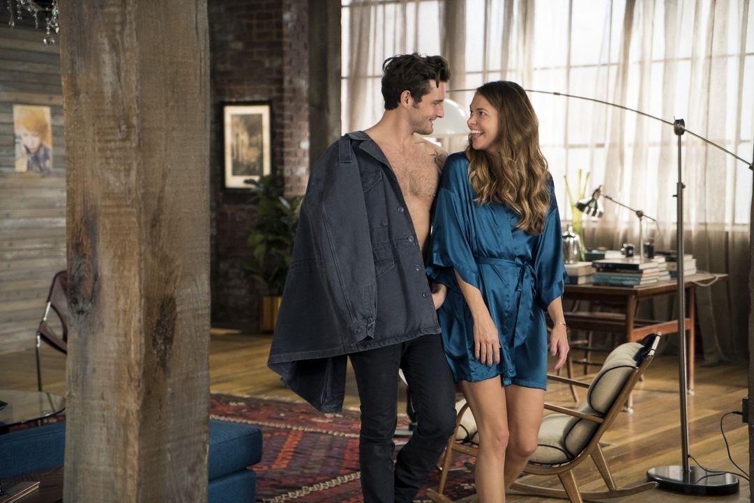 Josh (Nico Tortorella, l.) wird für Liza (Sutton Foster, r.) noch attraktiver, als sie merkt, wie gut er darin ist, mit Ex-Freunden umzugehen ... - Bildquelle: Hudson Street Productions Inc 2015