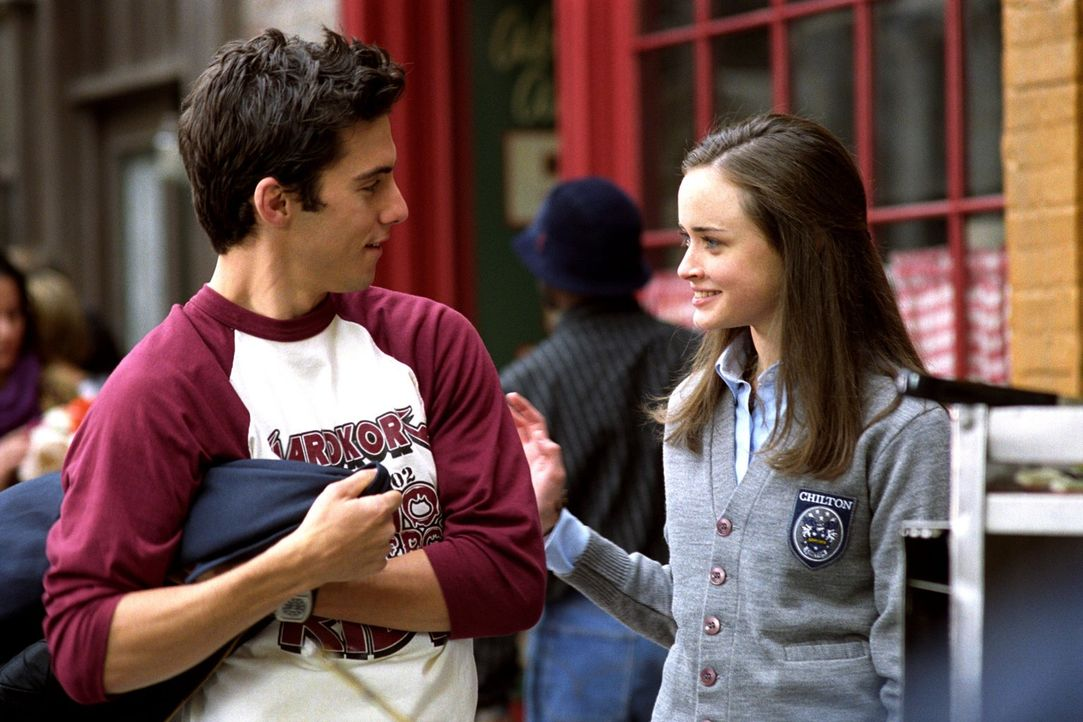 Während Sookie wegen der bevorstehenden Hochzeit aufgeregt ist und Lorelais Abschlusszeremonie ansteht, kommen sich Jess (Milo Ventimiglia, l.) und... - Bildquelle: 2001 Warner Bros. Entertainment, Inc.