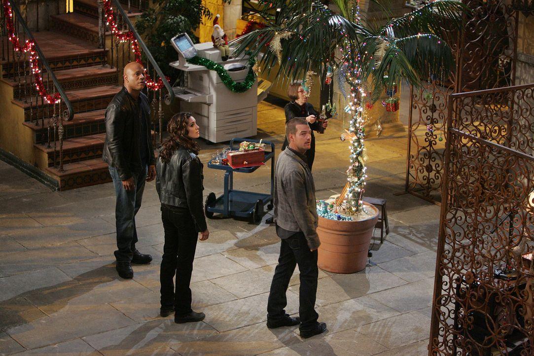 Trotz eines neuen Mordfall wird Weihnachten nicht vergessen: Hetty (Linda Hunt, 2.v.r.), Sam (LL Cool J, l.), Callen (Chris O'Donnell, r.), und Kens... - Bildquelle: CBS Studios Inc. All Rights Reserved.