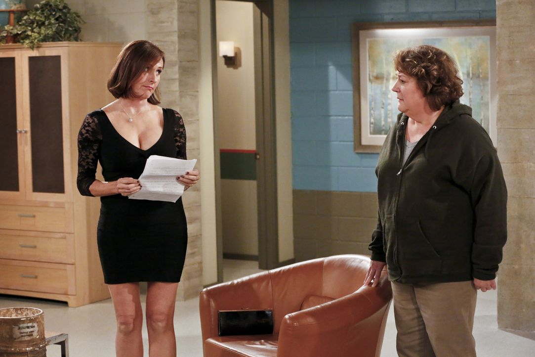 Carol (Margo Martindale, r.) verfällt in Depressionen, als sie feststellen muss, dass Pam (Molly Shannon, l.) bei den Schülern besser ankam, als sie... - Bildquelle: 2014 CBS Broadcasting, Inc. All Rights Reserved.