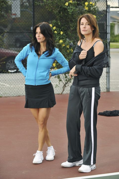 Während die Männer dem Alkohol verfallen, geraten Ellie (Christa Miller, r.) und Jules (Courteney Cox, l.) in einen Konkurrenzkampf ? - Bildquelle: 2009 ABC INC.