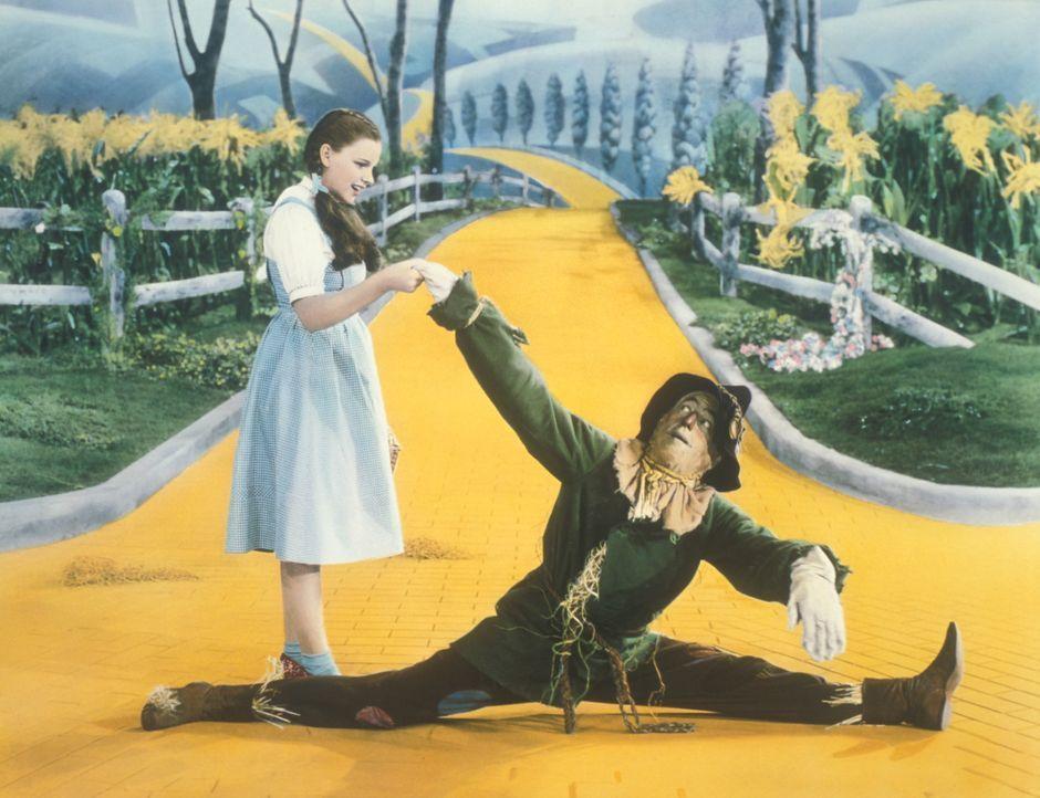 Freunden sich schnell an: Dorothy (Judy Garland, l.) und die Vogelscheuche (Ray Bolger, r.) ... - Bildquelle: Warner Bros.