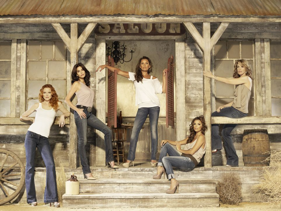 (7. Staffel) - Neue Dramen ereignen sich in der Wisteria Lane: Lynette (Felicity Huffman, r.), Bree (Marcia Cross, l.), Gabrielle (Eva Longoria, 2.v... - Bildquelle: ABC Studios