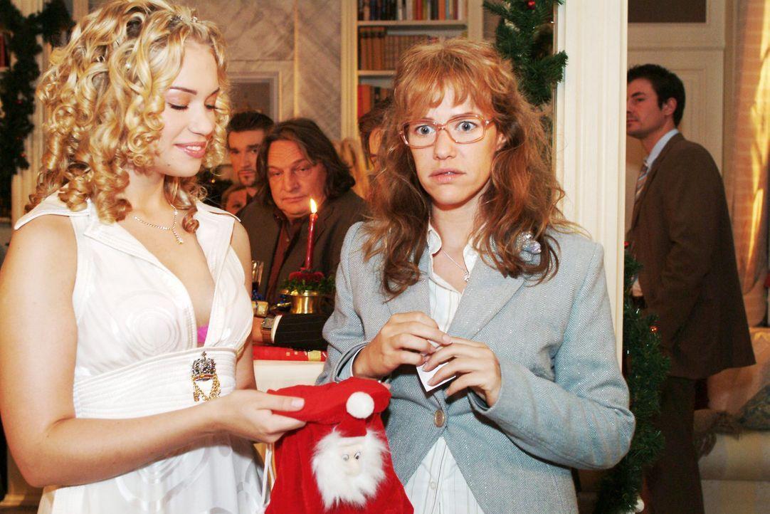 Lisa (Alexandra Neldel, r.) ist verdutzt, dass sie aus Kims (Lara-Isabelle Rentinck, l.) Weihnachtssäckchen fürs Wichteln ausgerechnet David gezog... - Bildquelle: Monika Schürle Sat.1