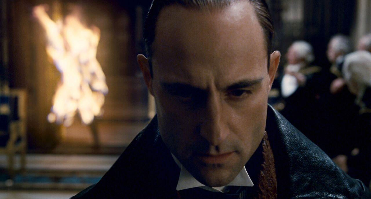 Seine Auferstehung von den Toten versetzt London in Angst und Schrecken und stellt Scotland Yard vor ein Rätsel. Und damit beginnt das schonungslose... - Bildquelle: Warner Brothers