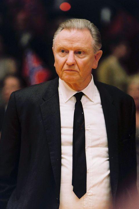 Der Coach der Kentucky Wildcats, Adolph Rupp (Jon Voight), hat nicht nur viele Erfolge vorzuweisen, sondern auch den festen Glauben an die Überlege... - Bildquelle: Disney Enterprises, Inc / Bruckheimer Films.  All rights reserved