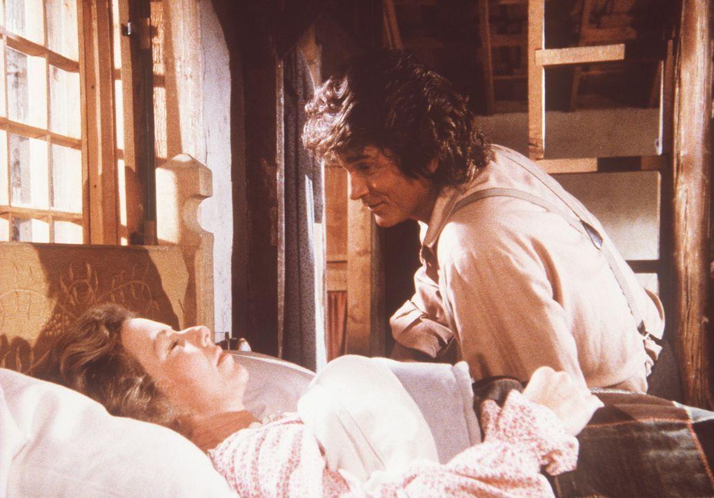 Liebevoll weckt Charles (Michael Landon, l.) seine übermüdete Frau Caroline (Karen Grassle, r.). - Bildquelle: Worldvision